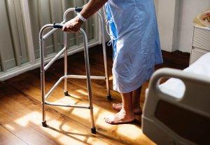 Iäkäs henkilö sairaalahoidossa